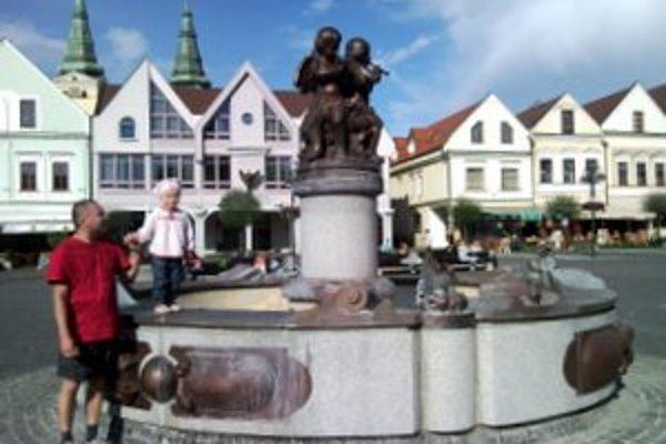 Žilinčan Jozef so svojou dcérou Tamarkou pri suchej fontáne.