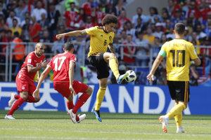Belgičan Axel Witsel (v strede) si spracováva loptu v zápase proti Tunisku.