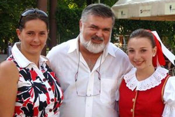 Kristínka s majstrom Petrom Dvorským a učiteľkou Annou Holincovou.