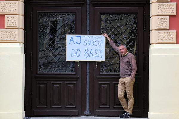 Pred špecializovaným trestným súdom v Banskej Bystrici prišlo k zaujímavej situácii. Občan sem priniesol nápis, že aj sudcu treba poslať do väzby.