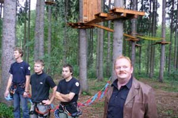 Primátor Harman spoločne so staviteľmi.