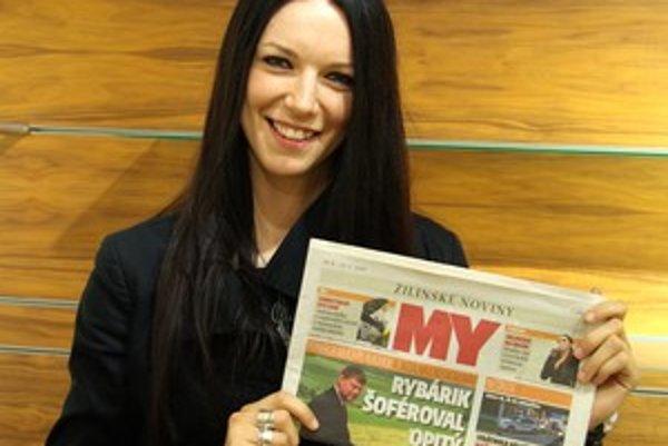 Zuzana Smatanová pózuje s MY Žilinskými novinami.
