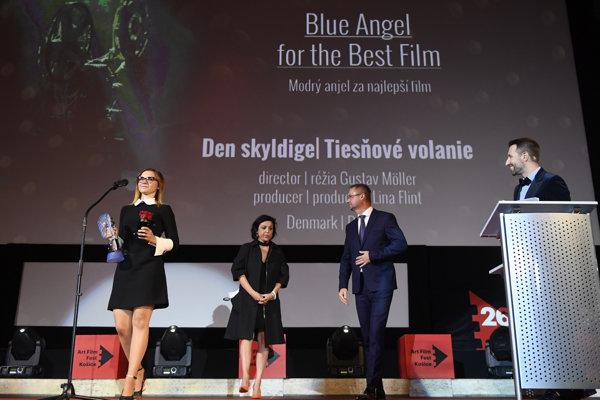 Na snímke vľavo Ľubomíra Olejárová s cenou Modrý anjel za najlepší film Tiesňové volanie.