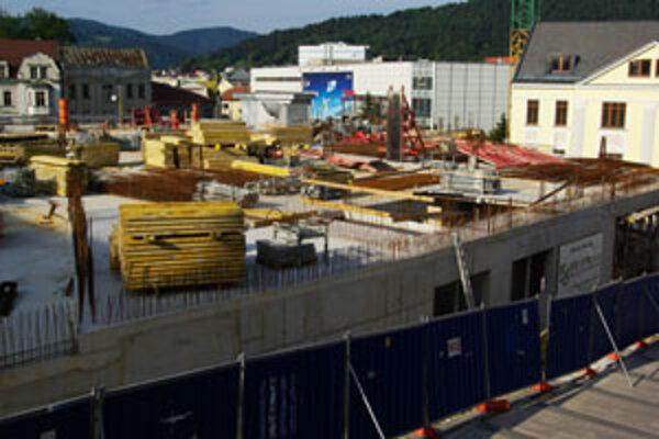 Z budovy doteraz postavili štyri podzemné podlažia.