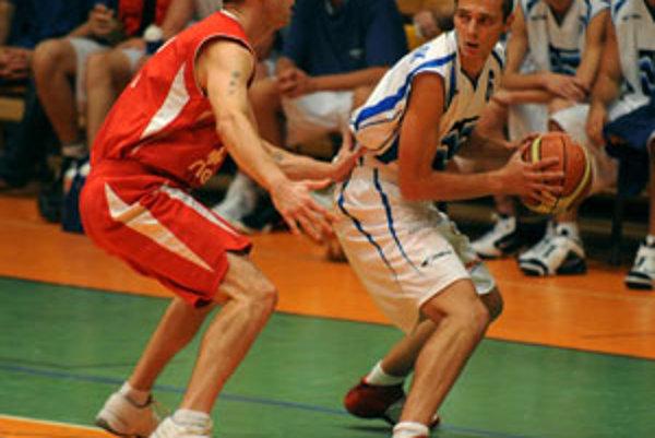 Michal Podhorský (vpravo) z BK Váhostav-SK Žilina v súboji s Jurajom Sujom z MBK Rieker Komárno.