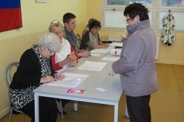 Do volebných miestností chodili predovšetkým starší.