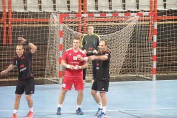 Anton Hároník (v červenom) dal N. Zámkom jeden vľavo. Vľavo bývalý hráč MŠK T. Straňovský.