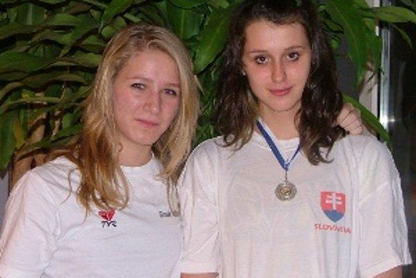 Romana Pavlíková a Aurélia Trnovcová, úspešné plavkyne Nereusu Žilina.