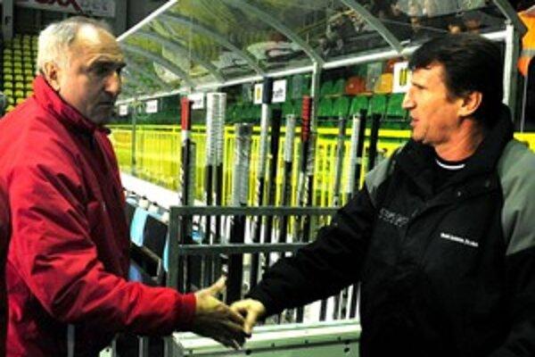 Tréner Dukly Trenčín František Hossa si podáva ruku s trénerom Žiliny Ladislavom Spišiakom (vpravo) pred zápasom 17. kola Slovnaft extraligy MsHK Garmin Žilina a Dukla Trenčín.