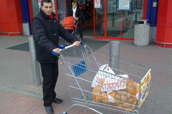 Peter Baláž s vianočným nákupom od čitateľa sme.sk.