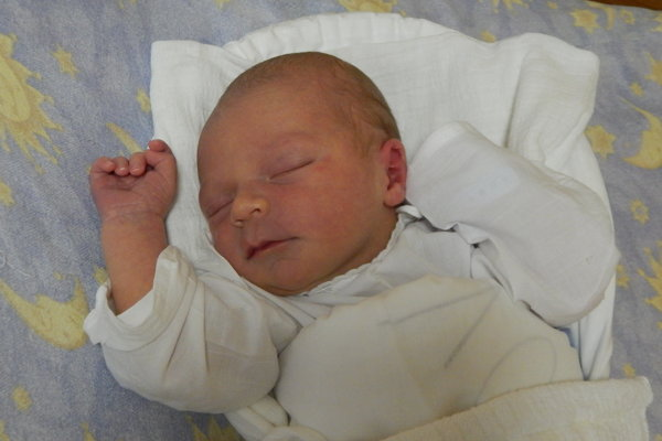 """Adam Korpesio - Veľkú radosť prežívajú rodičia Beáta a Lukáš z Rudinskej. V utorok 12. júna do ich rodinky pribudol synček Adam Korpesio (3700g, 53cm). Na bračeka sa už veľmi teší tri a pol ročný Leo. Meno Adam má hebrejský pôvod a jeho význam je """"človek z hliny""""."""