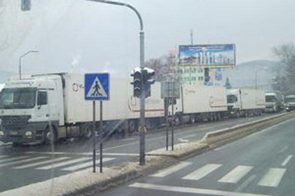 Časť kamionistov dostala možnosť vybaviť si registráciu vo vnútrozemí. Takto sa tvorili kolóny pred čerpacou stanicou v Žiline na Kragujevskej ulici.