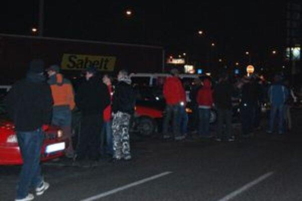 Sympatizanti štrajkujúcich dopravcov sa v pondelok večer stretli pred jedným z hypermarketov v Žiline.