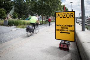 Obchádzka pre chodcov a cyklistov na nábreží pôsobízmätočne.