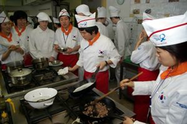 Na trhu práce je dopyt aj po vyučených kuchároch. Na snímke z februára 2009 si vymieňajú skúsenosti mladí kuchári z Južnej Kórey a Slovenska vďaka projektu spoločnosti Kia Motors Slovakia.