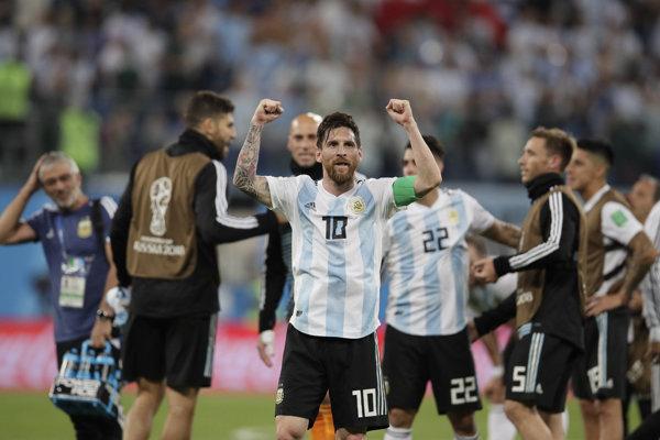 Lionel Messi sa so spoluhráčmi raduje z víťazstva Argentíny.
