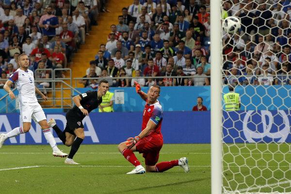 Chorvát Ivan Perišič strieľa rozhodujúci gól zápasu.
