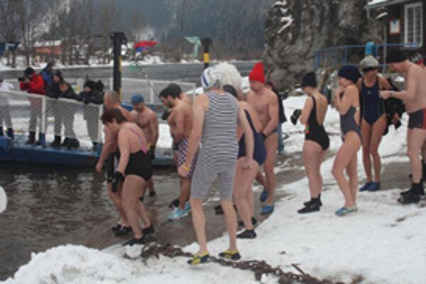 Teplota vzduchu, aj vody bola pod nulou. Pre Tučniakov najlepšie počasie na kúpeľ v rieke.