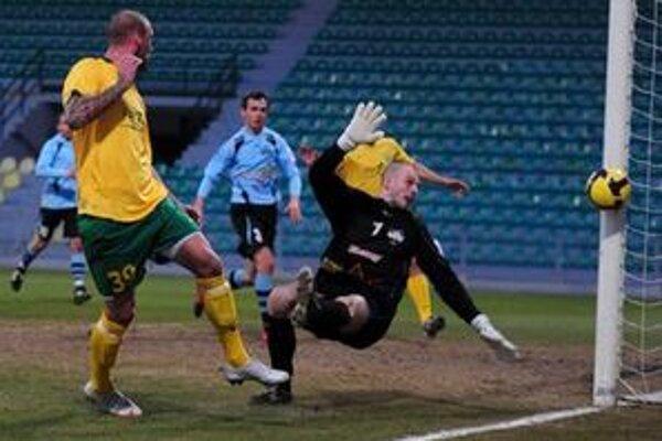 Ivan Lietava sa tiež gólovo nepresadil. Takto trafil v šanci ľavú žrď Chudého brány.