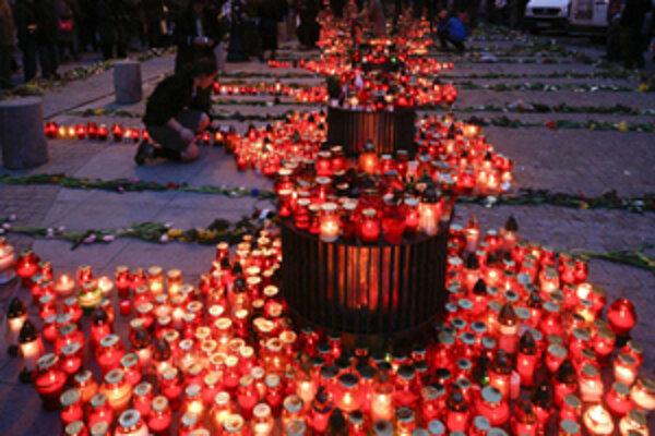 V sobotu zaplavili ulice Varšavy sviečky.