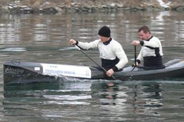 Slovenskí reprezentanti a majstri sveta a Európy vo vodnom zjazde v kategórii C2 Matúš Kunhart – Peter Šoška počas zimnej prípravy na Váhu pri Žiline.
