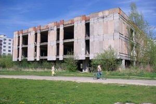 Strašiaci hrad sa rozpadá medzi panelákmi a vedľa školy. Plot okolo neho je poškodený na viacerých miestach, na poschodie sa s trochou námahy dá dostať.