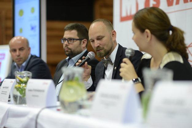 Diskutuje aj trnavský župan Jozef Viskupič,