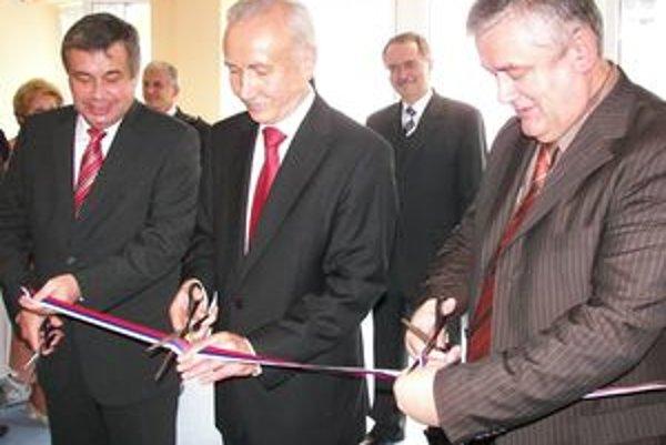 Riaditeľ ŽILPO Štefan Zelník (v strede) prestriháva pásku. Pri ňom spolustraníci z SNS, vpravo predseda Ján Slota a vľavo minister školstva Ján Mikolaj.