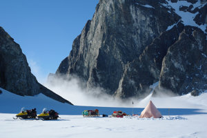 Výskumníci stanujú na Antarktíde v roku 2011.