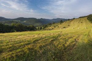 Trasa vedie cez pohoria ako Nízke Tatry, Veľká Fatra, Žiar, Strážovské vrchy či Malé Karpa