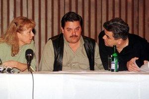 8. október 1998. V budove TV Markíza v Bratislave sa  uskutočnilo stretnutie zástupcu spoločnosti GAMATEX v súčasnosti prevádzkujúcej TV Markíza Mariána Kočnera (uprostred) s niektorými zamestnancami Markízy. Na snímke konateľka STS Sylvia Volzová (vľavo) a Tibor Ágh (vpravo).