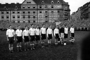 Július Korostelev (šiesty zľava) odohral za československú  reprezentáciu jeden zápas so Švajčiarskom v Prahe 14. septembra 1946. Skončil sa výhrou 3:2, on neskóroval.