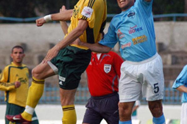 Žilinský útočník Peter Štyvar v hlavičkovom súboji s hráčom Nitry Adriánom Čemanom v sobotnom stretnutí pod Zoborom.