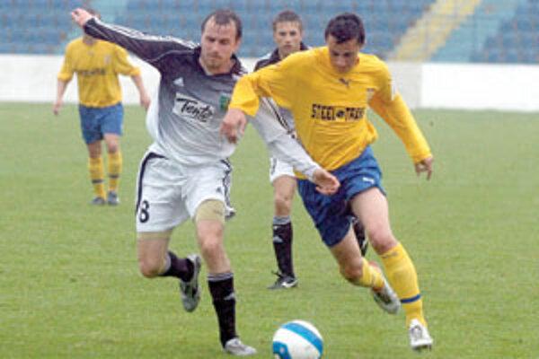 Žilinský záložník Pavel Devátý (vľavo) v súboji s Košičanom Kolbasom v sobotnom stretnutí na východe Slovenska.