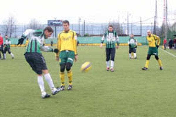 Univerzálny hráč Peter Štyvar (druhý zľava) nastúpil v sobotu v útoku. V druhom polčase pečatil tretím gólom víťazstvo domácich.