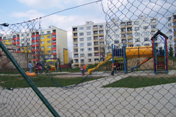 Diera v plote na detskom ihrisku na Solinkách.