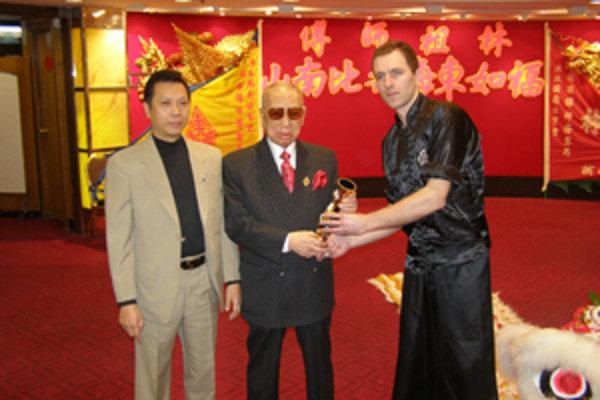 Ján Hrankay zagratruloval pred dvoma týždami vemajstrovi Lam k devädesiatim siedmim narodenimám. Vavo jeho syn a Hrankayov uite Lam Jo.