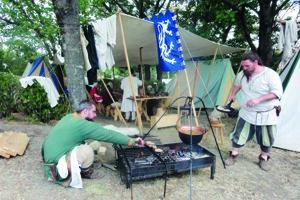 Historický tábor Pribinovej Nitrawy, kde sa budú aj variť  dobové jedlá, vyrastie vpodhradí.
