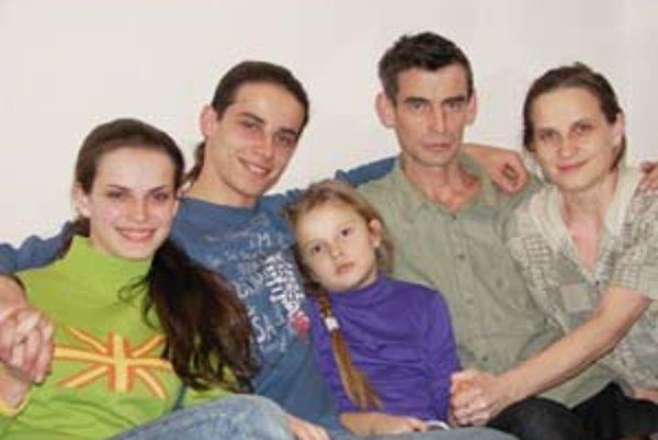 Súrodenci by sa chceli prostredníctvom súťaže po ôsmich rokoch stretnúť so starými rodičmi z Bosny a Hercegoviny. Celá rodina Alena a Sandru v ich snahe podporuje.