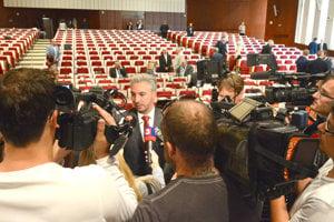 Župan Trnka najprv informoval médiá, až potom políciu.