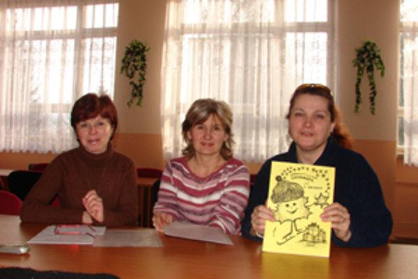 Učiteľka slovenského jazyka na prvom stupni Viera Sobotková, riaditeľka školy Jana Čelárová a učiteľka slovenského jazyka Júliana Šoltysíková (zľava).