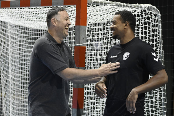 Atraktívny novic T. A. Gatine (vpravo) itréner Goluža šli do tréningu dobre naladení.