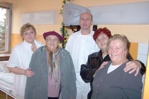 Žilinské venuše tento rok vymaľovali tri izby na onkologickom oddelení. Primárovi Richardovi Hrubému ich odovzdali členky klubu Žilinské venuše.