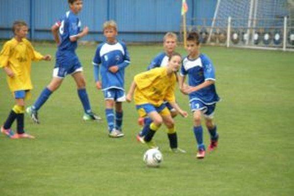 Trofej získali mladí Vrbovčania (v žltom).