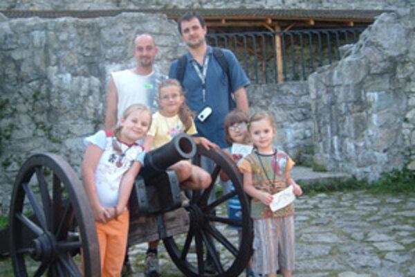 Rodený Žilinčan Rastislav Neplech (vpravo) spolu s jeho dcérami, bratom a neterami počas výletu na hrade Strečno.