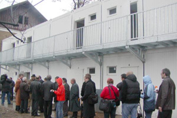 """""""Unimobytovka"""" s ôsmimi bytmi vyrástla uprostred domov na Bratislavskej ceste. Otvorenia sa zúčastnili nielen novinári, ale aj mestskí poslanci."""