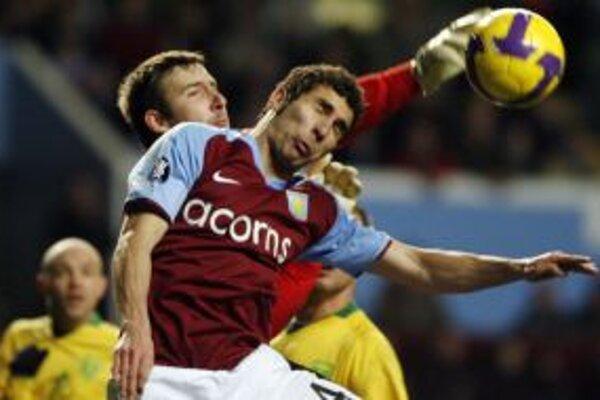 Brankár MŠK Žilina Dušan Perniš siahal na loptu v zápase Pohára UEFA s Aston Villou.