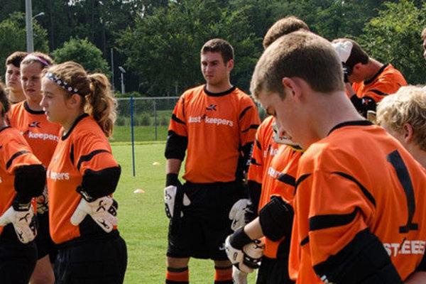 Skupina brankárov abrankárok počas tréningu.