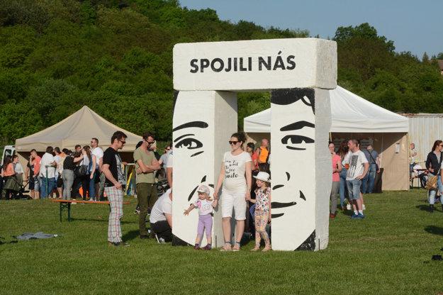 Martin Dzurek a Ján Vajsábel vytvorili symbolickú bránu s portrétmi Martiny Kušnírovej a Jána Kuciaka pri príležitosti koncertu na ich počesť v Gregorovciach.