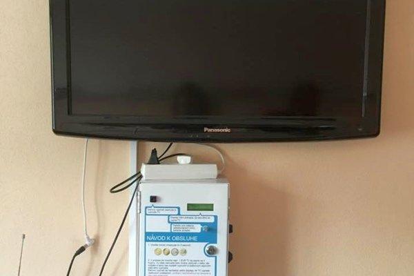 Pod televízormi na izbách je automat na peniaze.